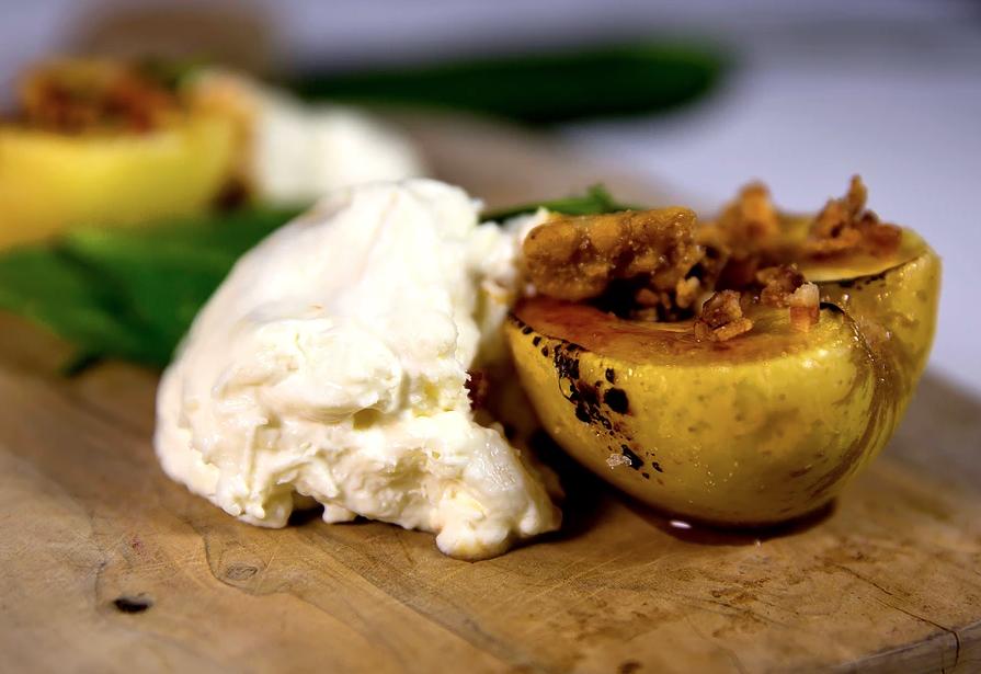 ブラータと焼きリンゴのサラダ
