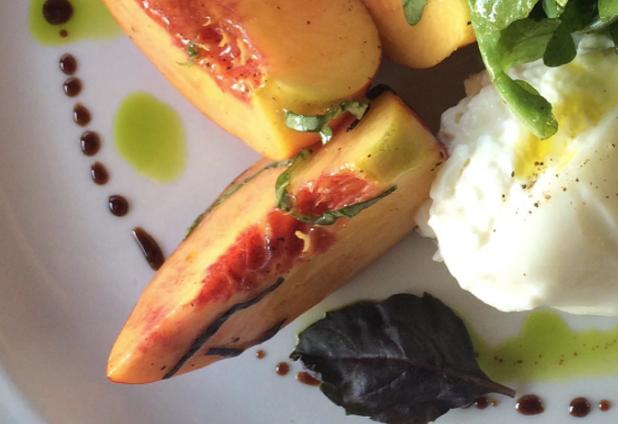 黄桃とブッラータのサラダ