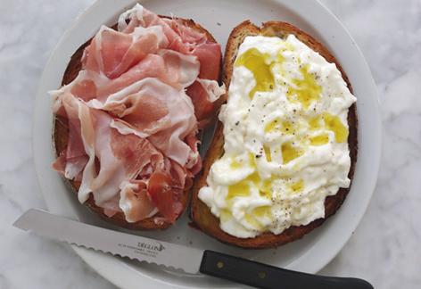 ブッラータと生ハムのサンドイッチ