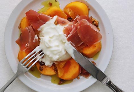 柿とブッラータと生ハムのサラダ